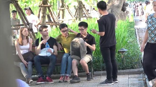 Nhóm bạn trẻ bị ném đá khi quay video vu oan người lạ ăn cắp-3