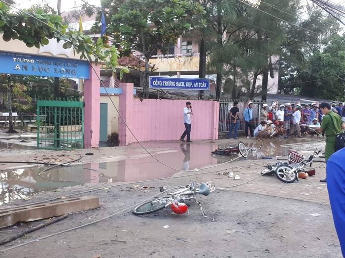 Dây điện trung thế đứt trước cổng trường, 6 học sinh thương vong-1