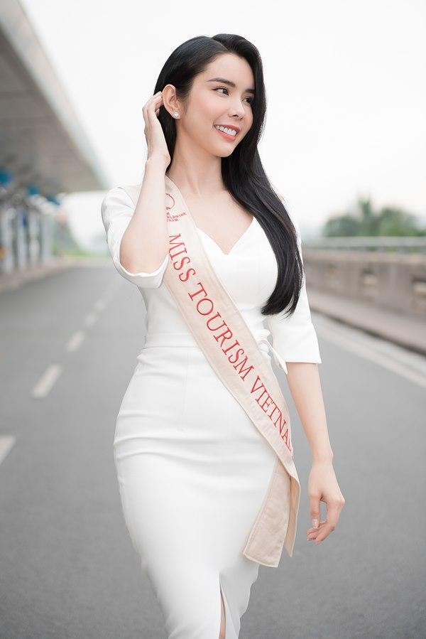 Người tình Isaac Liên Bỉnh Phát ra sân bay tiễn Huỳnh Vy thi Miss Tourism Queen Worldwide 2018-3