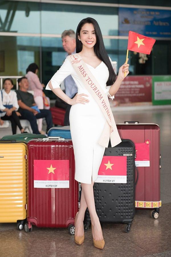 Người tình Isaac Liên Bỉnh Phát ra sân bay tiễn Huỳnh Vy thi Miss Tourism Queen Worldwide 2018-9