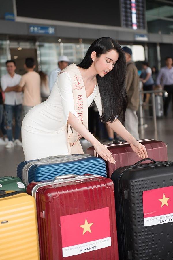 Người tình Isaac Liên Bỉnh Phát ra sân bay tiễn Huỳnh Vy thi Miss Tourism Queen Worldwide 2018-8