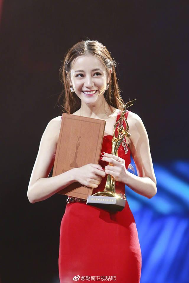 Địch Lệ Nhiệt Ba lên ngôi Thị hậu Kim Ưng, cư dân mạng mỉa mai: Cô ta không thấy xấu hổ sao?-6