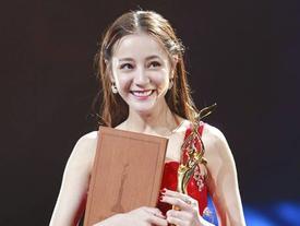 Địch Lệ Nhiệt Ba lên ngôi Thị hậu Kim Ưng, cư dân mạng mỉa mai: 'Cô ta không thấy xấu hổ sao?'