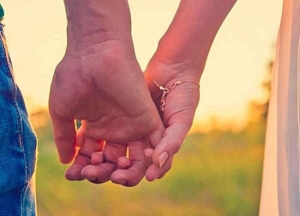 Cách nắm tay tiết lộ điều gì về mối quan hệ của bạn?-1
