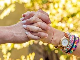 Cách nắm tay tiết lộ điều gì về mối quan hệ của bạn?