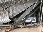 Khoảnh khắc xe tải kéo sập giàn giáo ở đầu hầm Thủ Thiêm