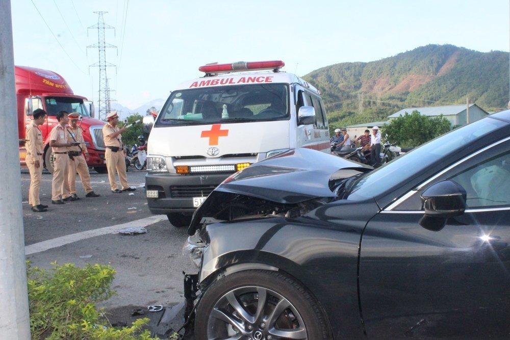 Đà Nẵng: Xế hộp tông xe cấp cứu quay nhiều vòng, nữ y tá văng xuống đường-1