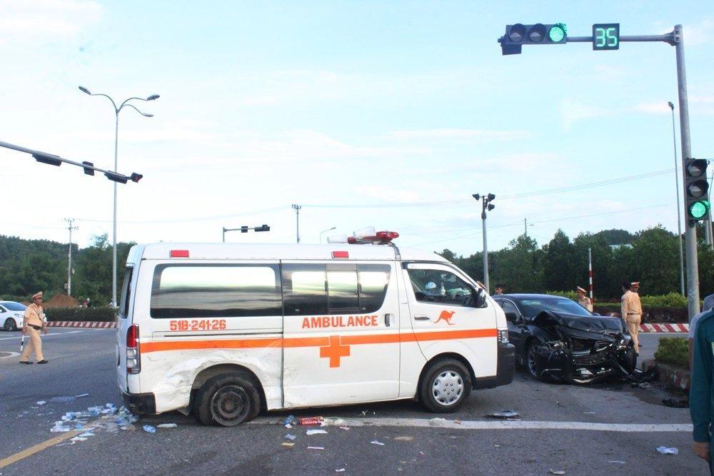 Đà Nẵng: Xế hộp tông xe cấp cứu quay nhiều vòng, nữ y tá văng xuống đường-2