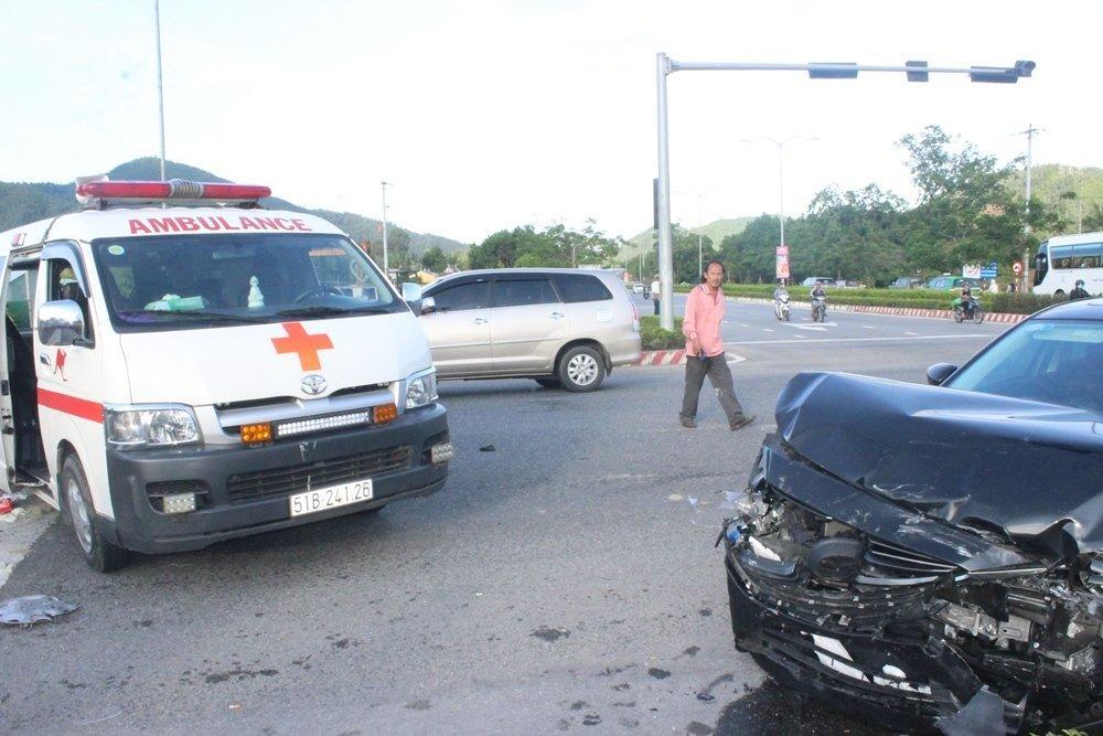 Đà Nẵng: Xế hộp tông xe cấp cứu quay nhiều vòng, nữ y tá văng xuống đường-3