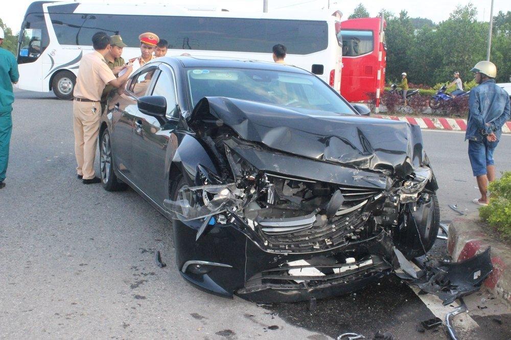 Đà Nẵng: Xế hộp tông xe cấp cứu quay nhiều vòng, nữ y tá văng xuống đường-5