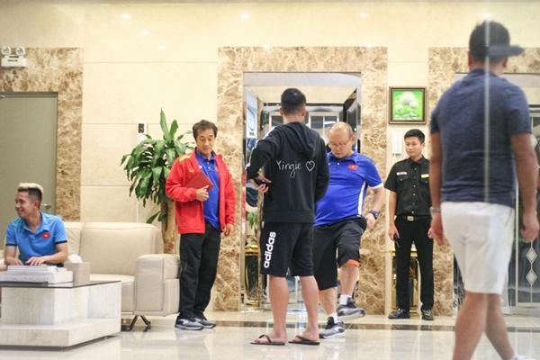 Hết Bùi Tiến Dũng lại Đình Trọng bị HLV Park Hang Seo phạt cả chì lẫn chài chỉ vì ăn mặc xuề xòa ra ngoài-3