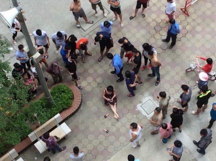 Rút súng bắn vợ giữa chung cư ở Hà Nội: Khám nhà nghi phạm-1