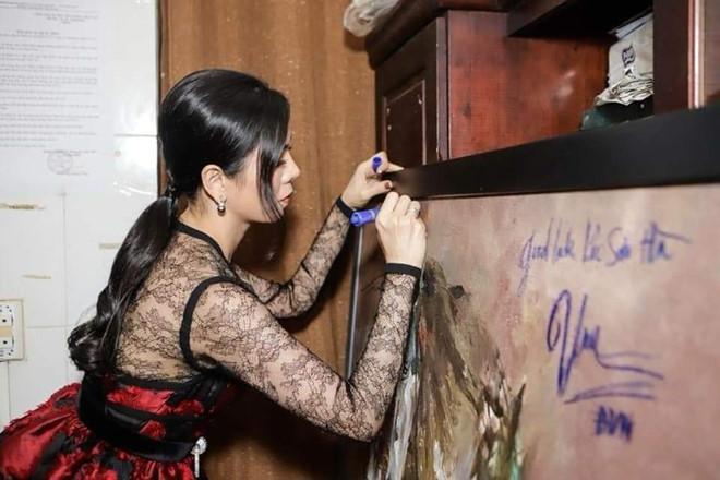Tại sao Đàm Vĩnh Hưng bị chỉ trích dữ dội khi ký lên tranh?-2