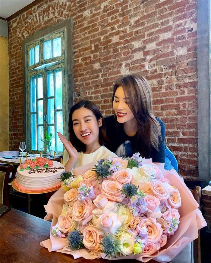 Đâu chỉ có Mai Phương Thúy tặng quà sinh nhật tiền tỷ cho Đỗ Mỹ Linh, nhiều sao Việt chịu chơi không kém khi khoe hàng tặng giá khủng-1