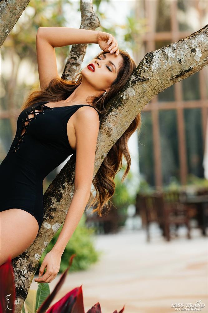Diện bikini đỏ rực, Bùi Phương Nga đọ đường cong với 8 mỹ nhân may mắn nhất Miss Grand 2018-5