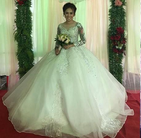 Gây bão với bức ảnh xăm kín 2 tay nhưng ngoại hình cực xinh đẹp của cô dâu mới là điều người khác xiêu lòng-1