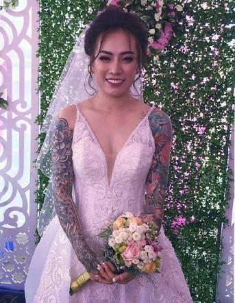 Gây bão với bức ảnh xăm kín 2 tay nhưng ngoại hình cực xinh đẹp của cô dâu mới là điều người khác xiêu lòng-2