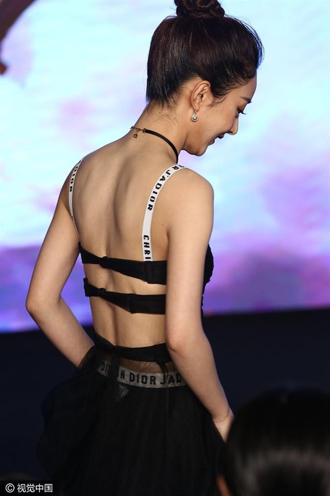 Thân hình quá gầy gò khiến Triệu Lệ Dĩnh mặc đồ hiệu cũng bị ví như hàng online-10