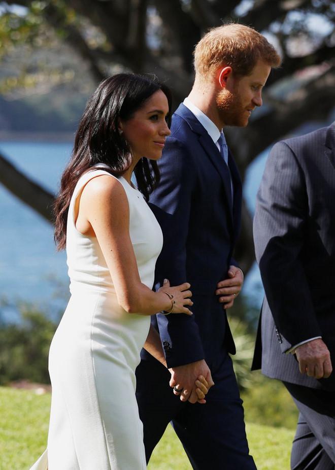 Meghan Markle diện đầm trắng thanh lịch sau khi công bố mang thai-1