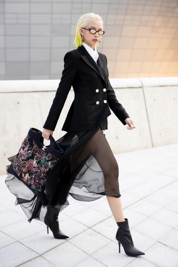 Phí Phương Anh diện nguyên hàng hiệu tiền tỷ và mái tóc vàng chanh tấn công Seoul Fashion Week-1