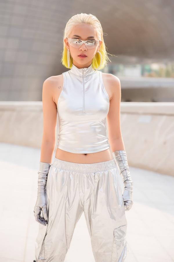 Phí Phương Anh diện nguyên hàng hiệu tiền tỷ và mái tóc vàng chanh tấn công Seoul Fashion Week-9