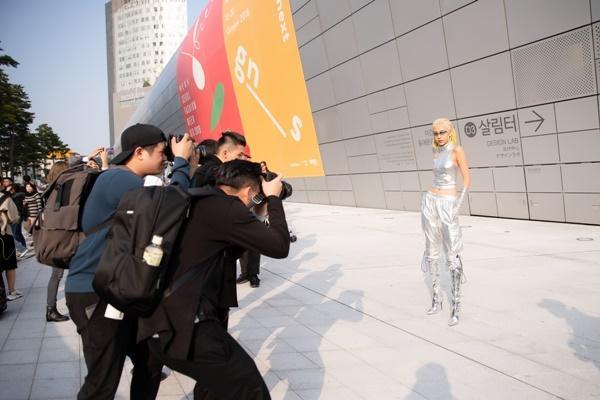 Phí Phương Anh diện nguyên hàng hiệu tiền tỷ và mái tóc vàng chanh tấn công Seoul Fashion Week-11