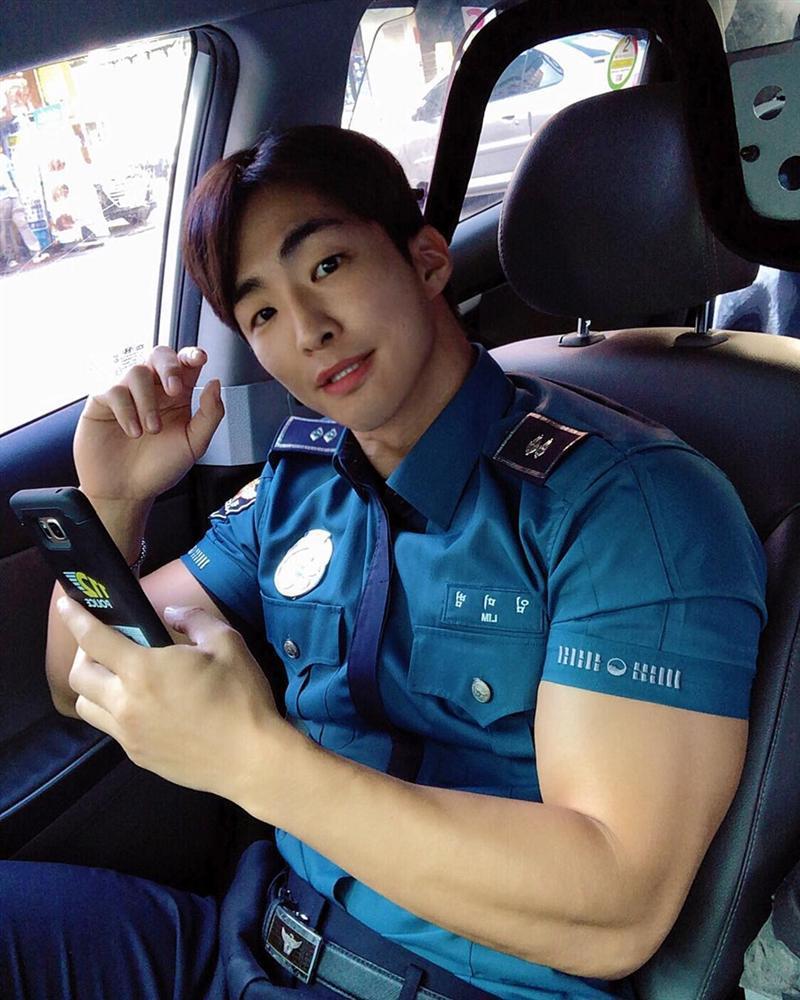 Nam cảnh sát Hàn Quốc điển trai, có thân hình chuẩn 6 múi-2