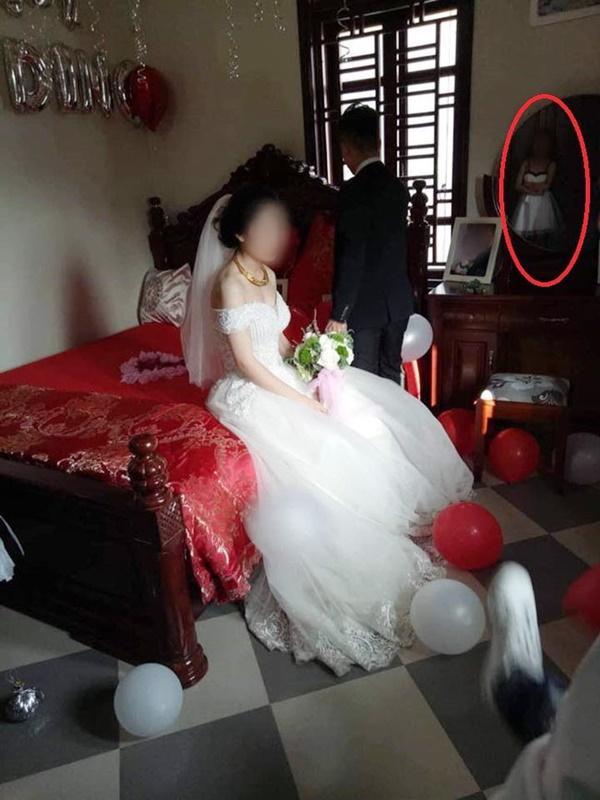 Điều bất ngờ phía sau khoảnh khắc cô gái lặng lẽ trong đám cưới bạn thân và người yêu cũ đang gây sốt-1
