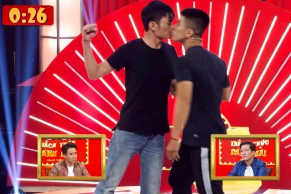 Gây shock với cảnh khóa môi trên sân khấu, hai thí sinh nam ẵm trọn 100 triệu ở Thách thức danh hài-1