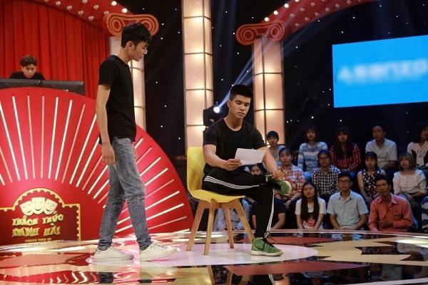 Gây shock với cảnh khóa môi trên sân khấu, hai thí sinh nam ẵm trọn 100 triệu ở Thách thức danh hài-2