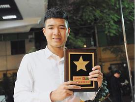 Hà Đức Chinh khoe đạt danh hiệu 'Cầu thủ xuất sắc', Đình Trọng vào thả tim khen 'handsome' không ngớt