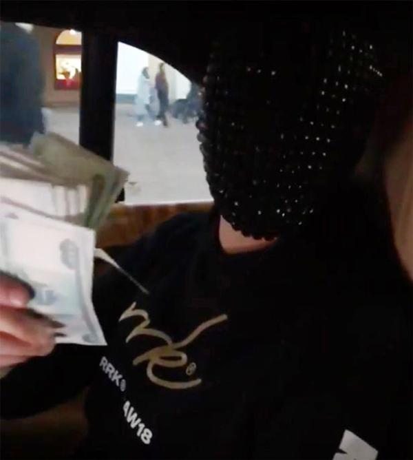 Hết ném qua cửa sổ lại nghiền nát tiền dưới bánh xe, thú vui của hội Rich Kids này đang gây phản ứng dữ dội-1
