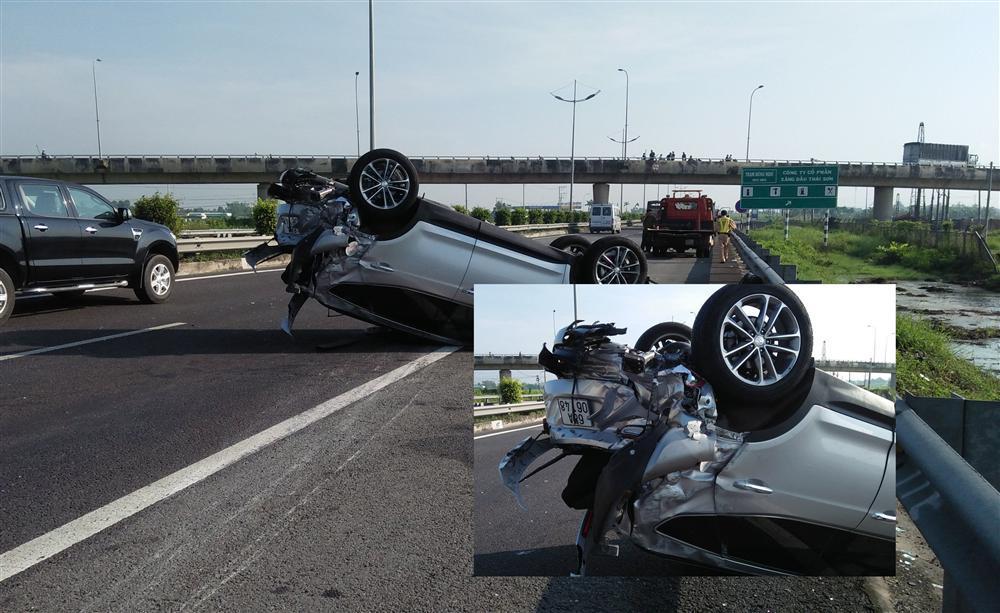 Xe khách đâm lật xe 4 chỗ trên cao tốc, 3 người hoảng loạn cầu cứu-2
