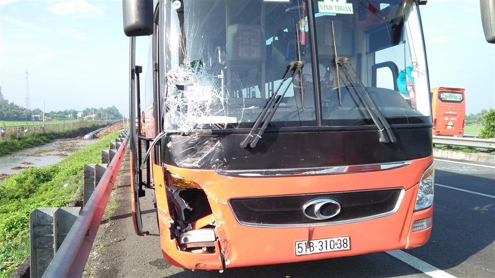 Xe khách đâm lật xe 4 chỗ trên cao tốc, 3 người hoảng loạn cầu cứu-3