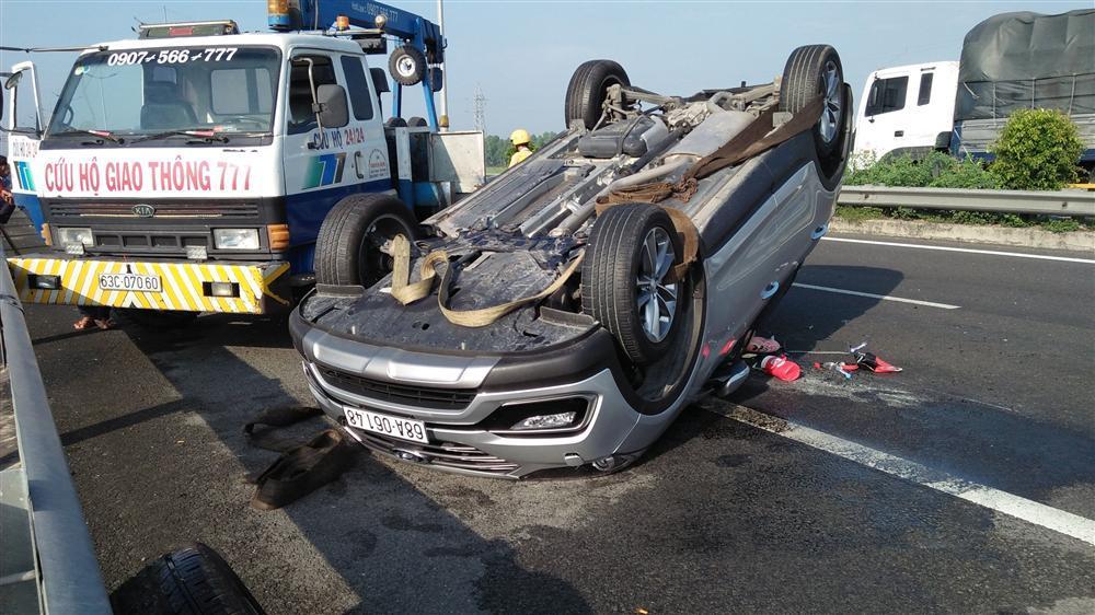 Xe khách đâm lật xe 4 chỗ trên cao tốc, 3 người hoảng loạn cầu cứu-4