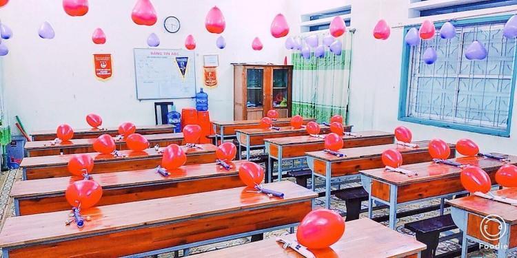 20/10 lớp người ta: bóng bay treo đầy lớp, hoa hồng phủ mặt bàn, thêm cả tiền lẫn giày hàng hiệu-2
