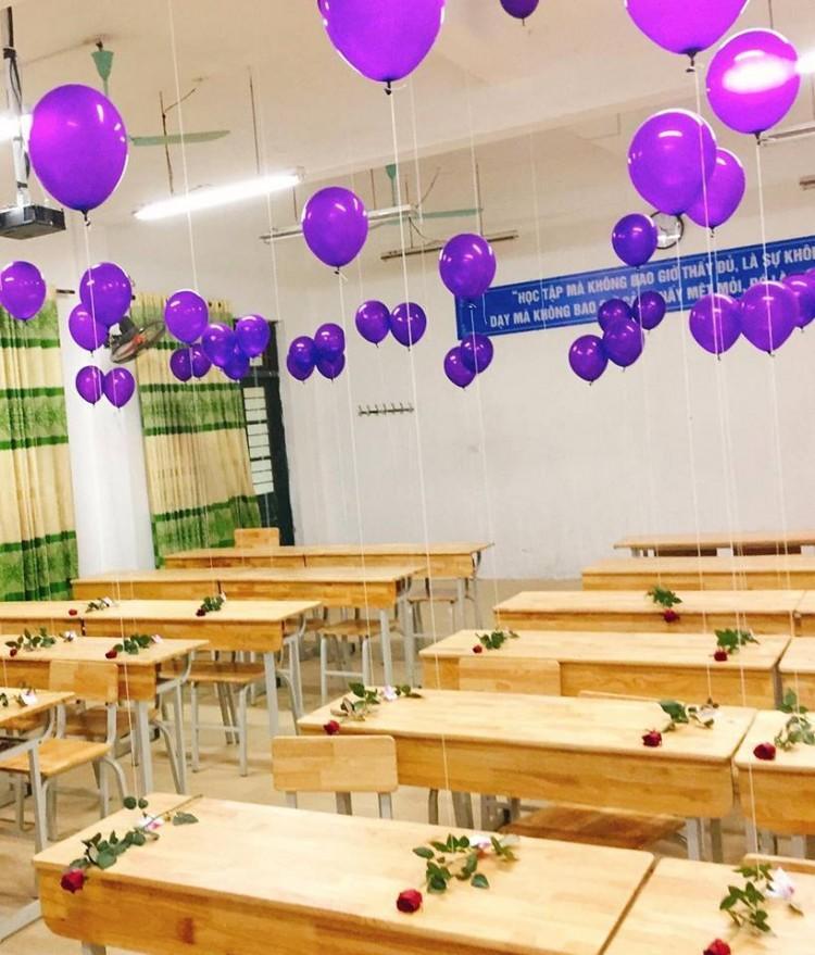 20/10 lớp người ta: bóng bay treo đầy lớp, hoa hồng phủ mặt bàn, thêm cả tiền lẫn giày hàng hiệu-3