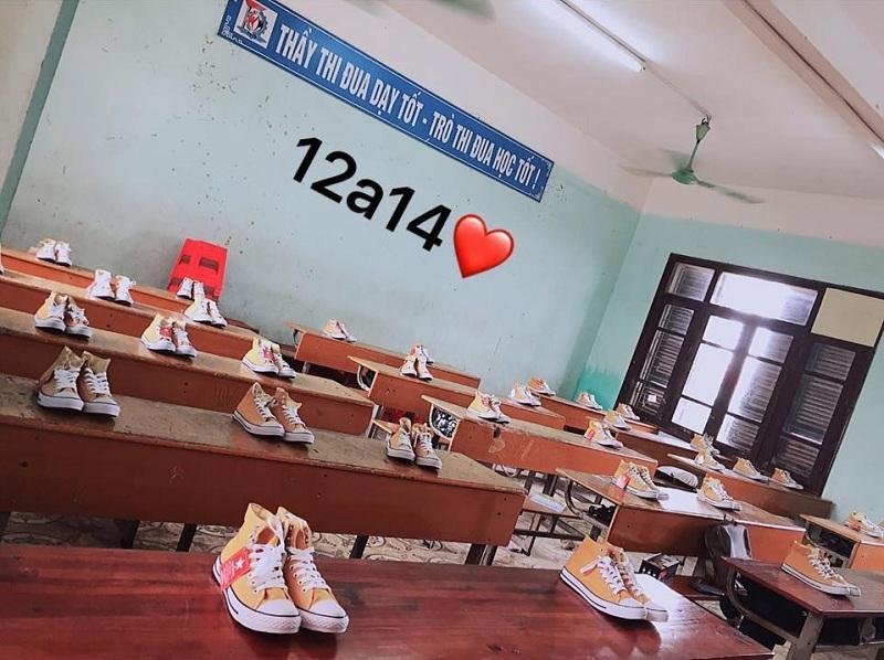 20/10 lớp người ta: bóng bay treo đầy lớp, hoa hồng phủ mặt bàn, thêm cả tiền lẫn giày hàng hiệu-6