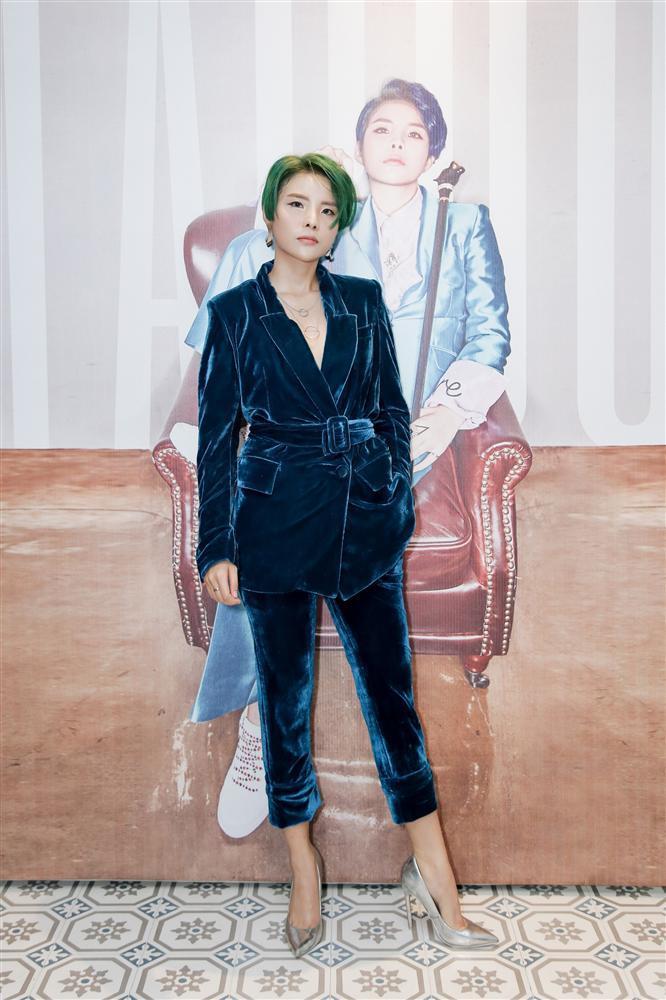 Vũ Cát Tường đi giày cao gót nữ tính trong buổi ra mắt album rap 100%-1