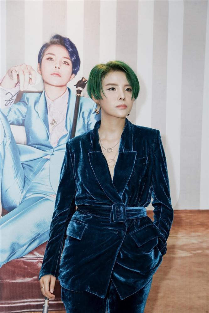 Vũ Cát Tường đi giày cao gót nữ tính trong buổi ra mắt album rap 100%-2