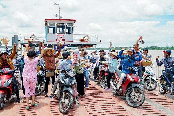 Hoài Linh cầm ghế nhựa dọa đánh Ngân Quỳnh vì giành khách-1