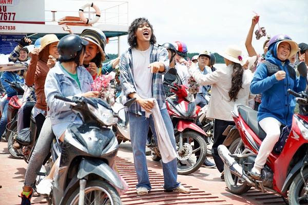 Hoài Linh cầm ghế nhựa dọa đánh Ngân Quỳnh vì giành khách-2