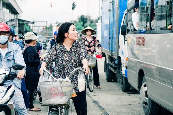 Hoài Linh cầm ghế nhựa dọa đánh Ngân Quỳnh vì giành khách-3