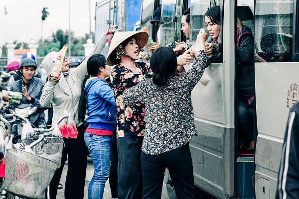 Hoài Linh cầm ghế nhựa dọa đánh Ngân Quỳnh vì giành khách-7