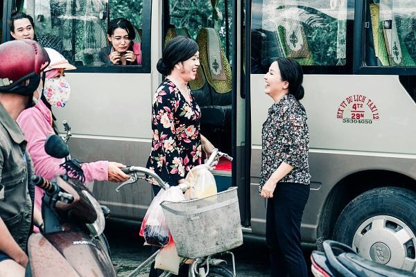 Hoài Linh cầm ghế nhựa dọa đánh Ngân Quỳnh vì giành khách-6