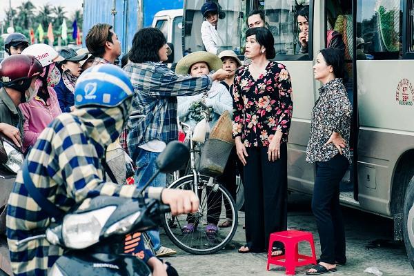 Hoài Linh cầm ghế nhựa dọa đánh Ngân Quỳnh vì giành khách-8