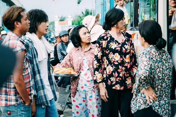 Hoài Linh cầm ghế nhựa dọa đánh Ngân Quỳnh vì giành khách-9