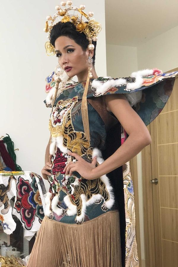 Lộ diện 6 quốc phục của HHen Niê: Sản phẩm nào sẽ được lựa chọn chinh chiến Miss Universe 2018?-14
