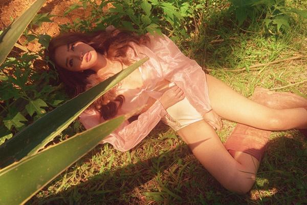 Sau khi bỏ Bùa yêu, Bích Phương đốt mắt fan với hình ảnh nữ hoàng thị phi quyến rũ-7