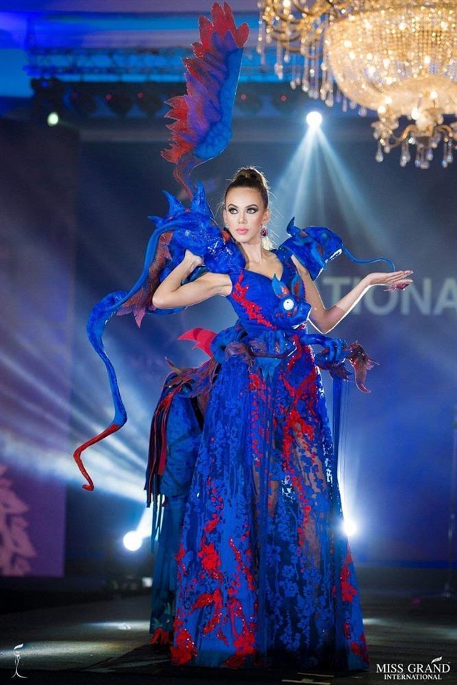 Lọt top 5 bình chọn, Áo dài của Bùi Phương Nga có cơ hội thắng giải quốc phục tại Miss Grand 2018-4